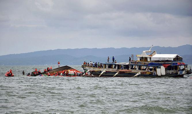 Labores de búsqueda y rescate de víctimas junto a la embarcación que naufragó en aguas frente al puerto de Ormoc, en el centro de Filipinas. LA PRENSA/EFE