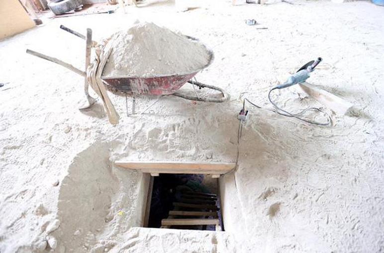 """Este hueco conecta la celda donde permanecía Joaquín """"El Chapo"""" Guzmán, con una casa en construcción, a 1.5km de distancia. LA PRENSA/EFE/PGR"""