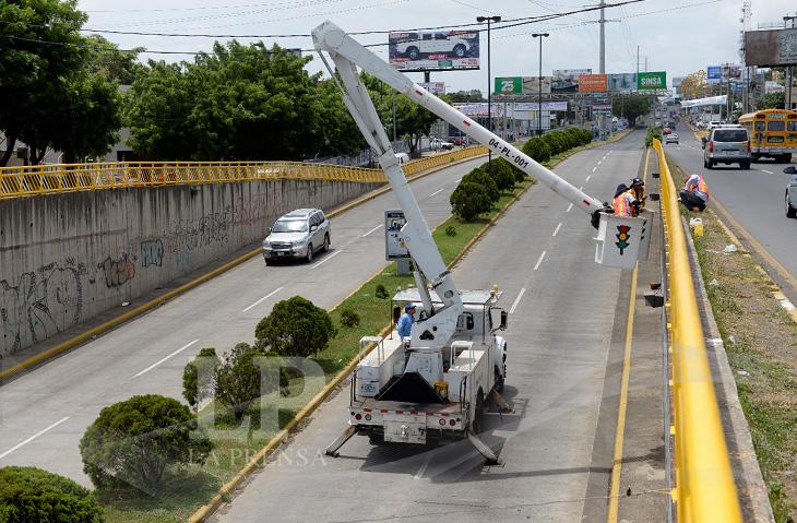 La obra de mantenimiento al barandal del paso a desnivel en la colonia Centroamérica inició el 3 de agosto. LA PRENSA/R. Gutiérrez