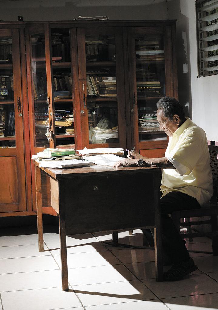 El escritorio en el que trabaja fue otorgado por el padre Fernando Cardenal, quien le encargó una investigación sobre los pueblos indígenas y la elaboración de un libro, que fue publicado en  1995.