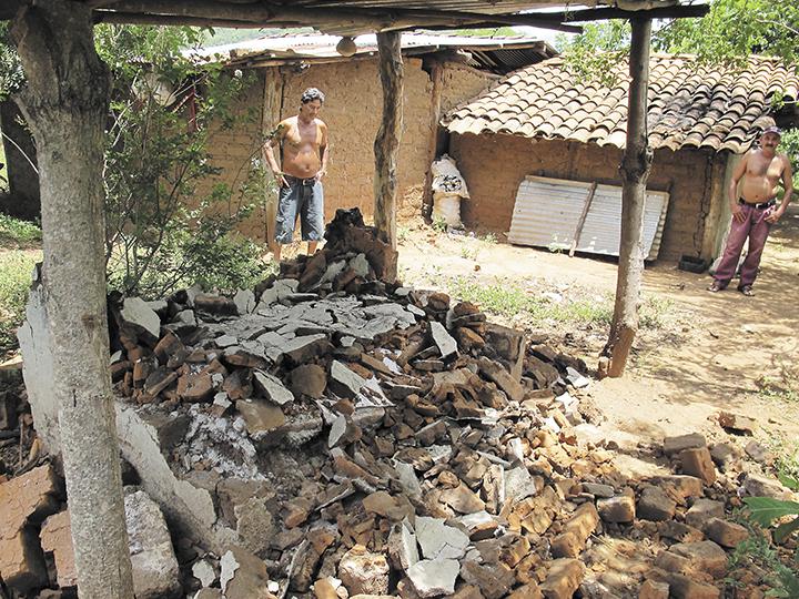 Habitantes de la comunidad Las Palmas Abajo,  ubicada al noroeste del municipio de El Sauce, reportan daños en sus viviendas. LA PRENSA/E. LÓPEZ
