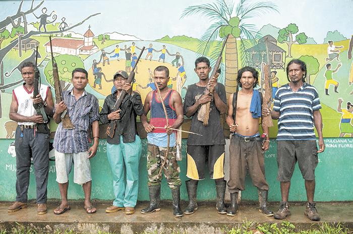 Los indígenas de Waspam muestran las armas  que dicen tener para luchar contra los colonos.  LA PRENSA/JORGE TORRES