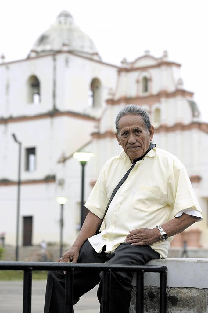 Frente a la Iglesia San Juan Apóstol de Sutiaba, en el Cabildo del barrio, don Enrique Fonseca imparte las clases de lengua indígena todos los miércoles a las 3:00 de la tarde.