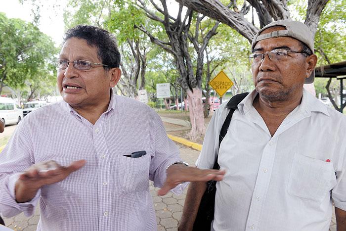Loyd Bushey (izquierda) diputado parlacénico y Simeón Rizo (derecha),   cuando esperaban el cadáver de Benito Francisco Ramos en el hospital Lenin Fonseca.  LAPRENSA/OSCAR NAVARRETE