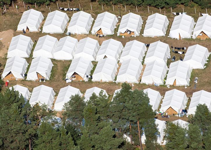 Vista aérea de un campamento de refugiados en Eisenhuettenstadt, Alemania. LA PRENSA/EFE/Patrick Pleul
