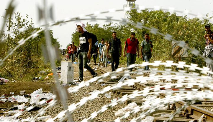 Migrantes son detenidos por una barricada en una vía férrea que conecta la frontera de Hungría con Serbia. EFE/KOCA SULEJMANOVIC