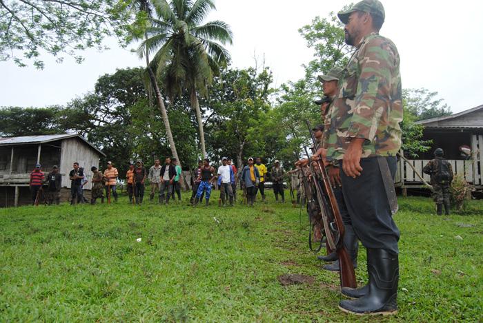 Indígenas armados en la zona de río Coco. LA PRENSA/José Garth
