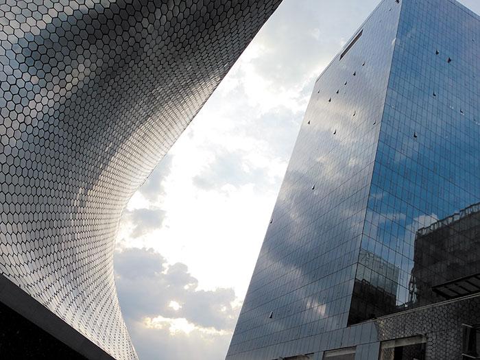 A la izquierda, el Museo Soumaya, en Plaza Carso, México DF, construido en honor a la esposa de Carlos Slim en 2011.