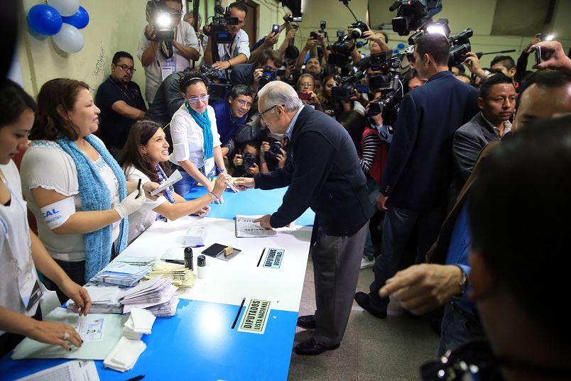 El presidente de Guatemala, Alejandro Maldonado, al momento de ejercer su voto. LA PRENSA/AFP/Presdencia de Guatemala