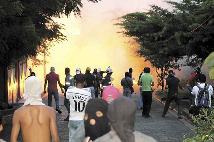 Durante el enfrentamiento las lluvias de piedras  bloquearon las principales  calles de la comunidad. LA PRENSA/ E. López