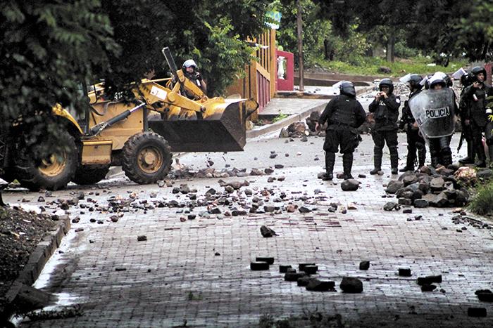 El objetivo de los agentes policiales era ordenar y limpiar las calles luego de  varias semanas de protesta. LA PRENSA/ E. López