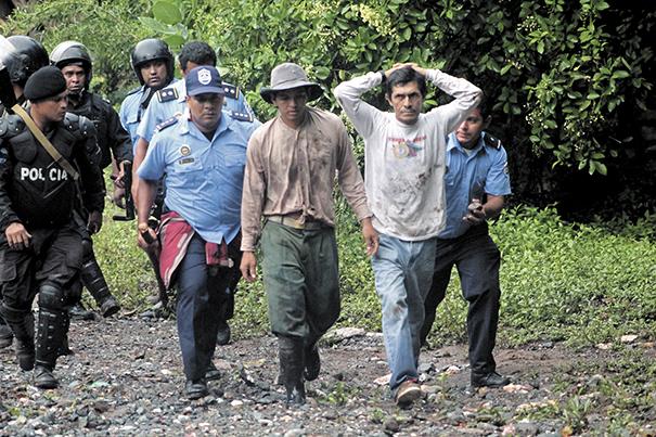 Alrededor de 23 pobladores de Mina El Limón  fueron detenidos como resultado del enfrentamiento con la Policía, este sábado. LA PRENSA/ E. López