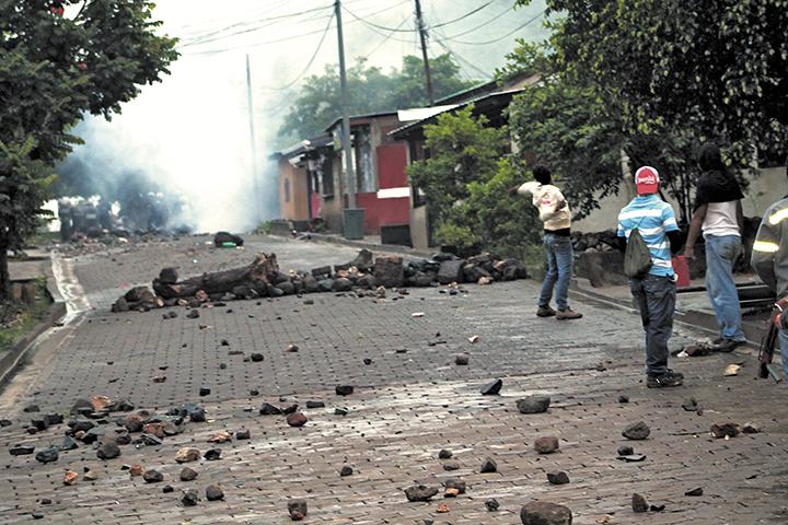 Los protestantes se defendieron a pedradas  de la ofensiva de los agentes de la Policía Nacional a las 5:30 a.m.  LA PRENSA/ E. López