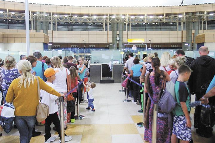 Decenas de turistas, en su mayoría europeos,  tratan de abordar los únicos aviones que todavía tienen permiso para volar desde Egipto.  LAPRENSA/AFP