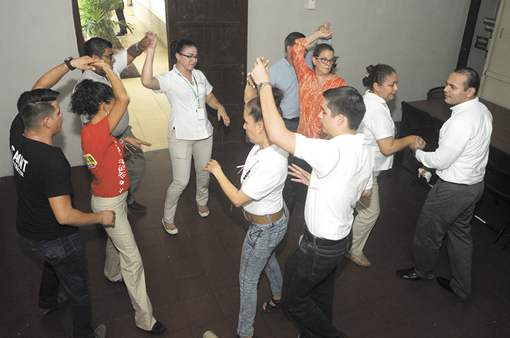 Empleados de casa McGregor durante una de las sesiones de salsa  que la empresa costea para mejorar el estado físico de sus empleados. Muchos de ellos tenían altos niveles de sobrepeso, incluso de obesidad.  LA PRENSA/ R. FONSECA
