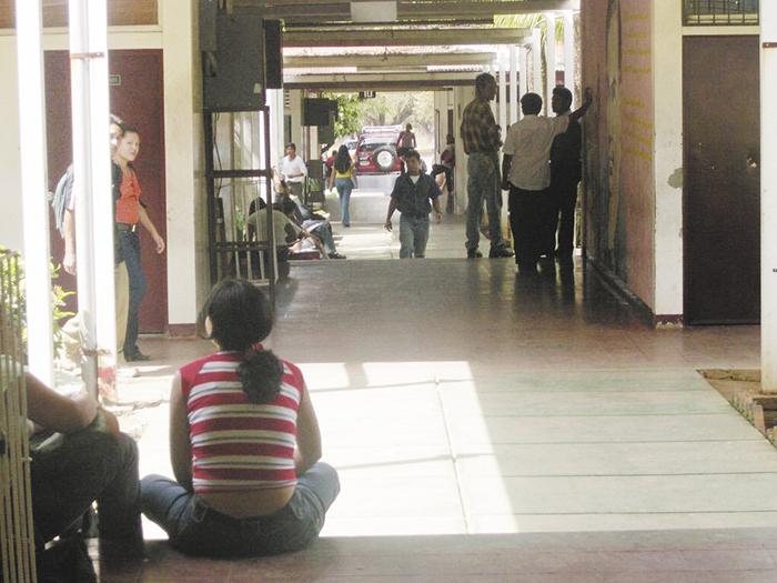 En el ámbito universitario,  recintos como el de la UNAN-Managua, con sus amplios corredores y pasillos, son sitios ideales para ingeniarse algunas caminatas y contrarrestar la vida sedentaria de las oficinas.  LA PRENSA/ ARCHIVO