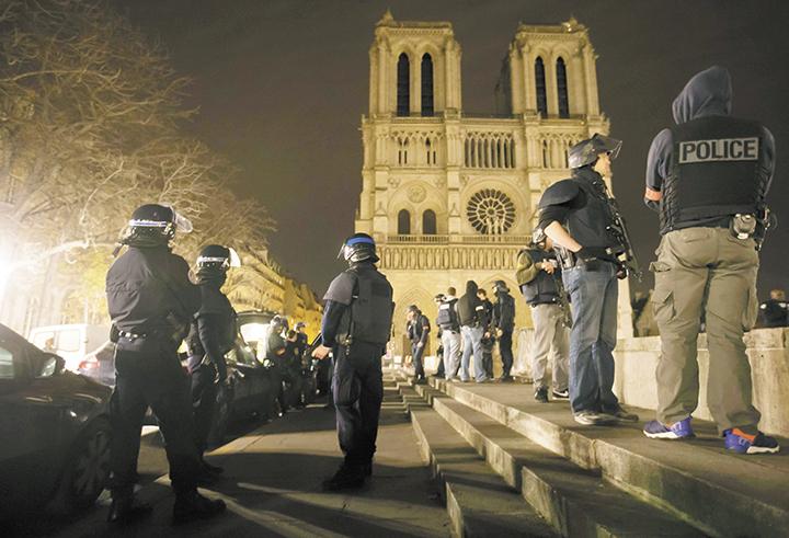 Cientos de oficiales de Policía  y soldados fueron desplegados en todo París, cuyas autoridades pidieron a los pobladores no salir de sus casas.  LA PRENSA/EFE