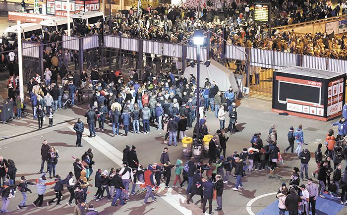 Miles de fanáticos  abandonan el estadio  Stade de France, en cuyas cercanías explotaron tres bombas.  LA PRENSA/AFP