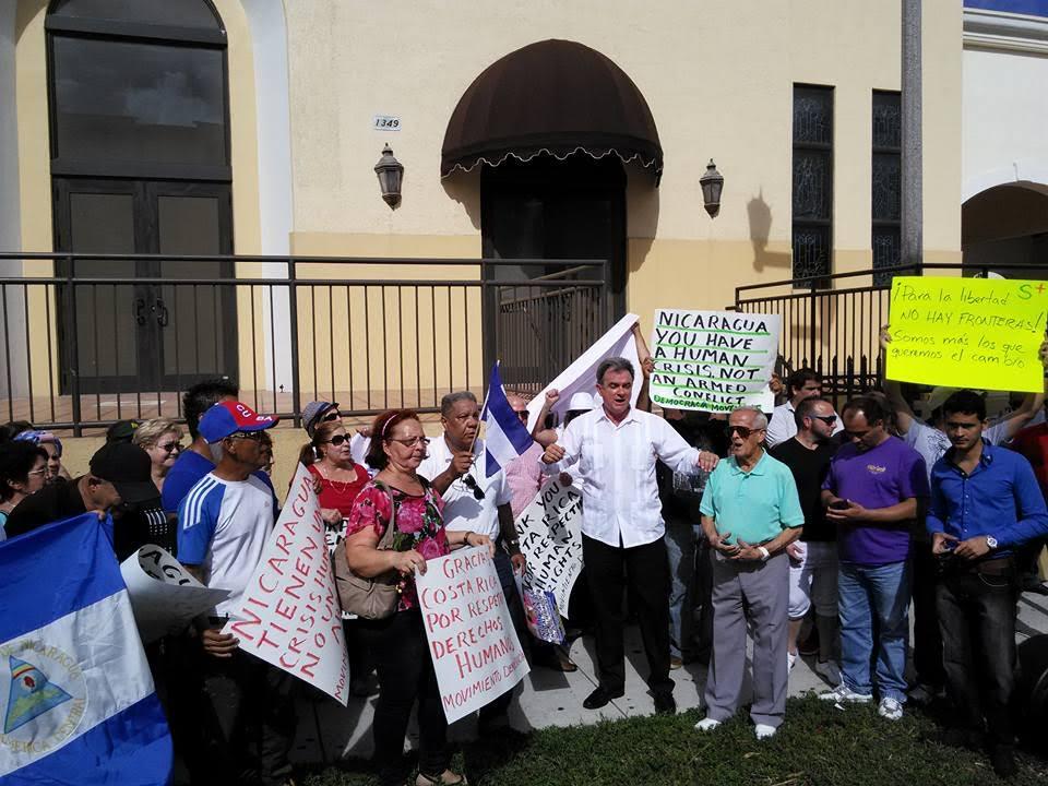 Cubanos radicados en Miami se manifestaron frente a las instalaciones del Consulado General de Nicaragua en Miami. LA PRENSA/J. FLORES