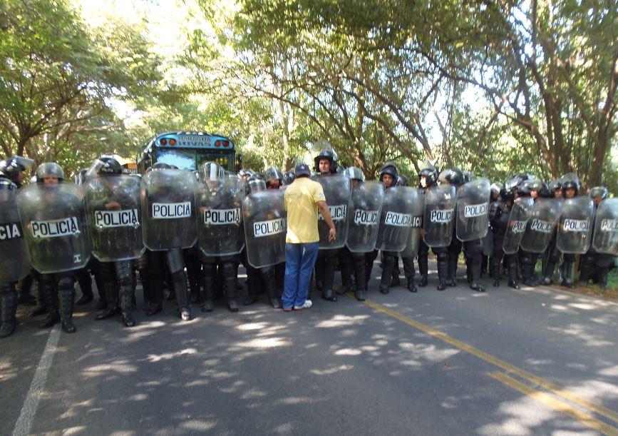 Un gran contingente de la Policía Nacional evitó el paso de los migrantes cubanos hacia Nicaragua. LA PRENSA / R. VILLARREAL