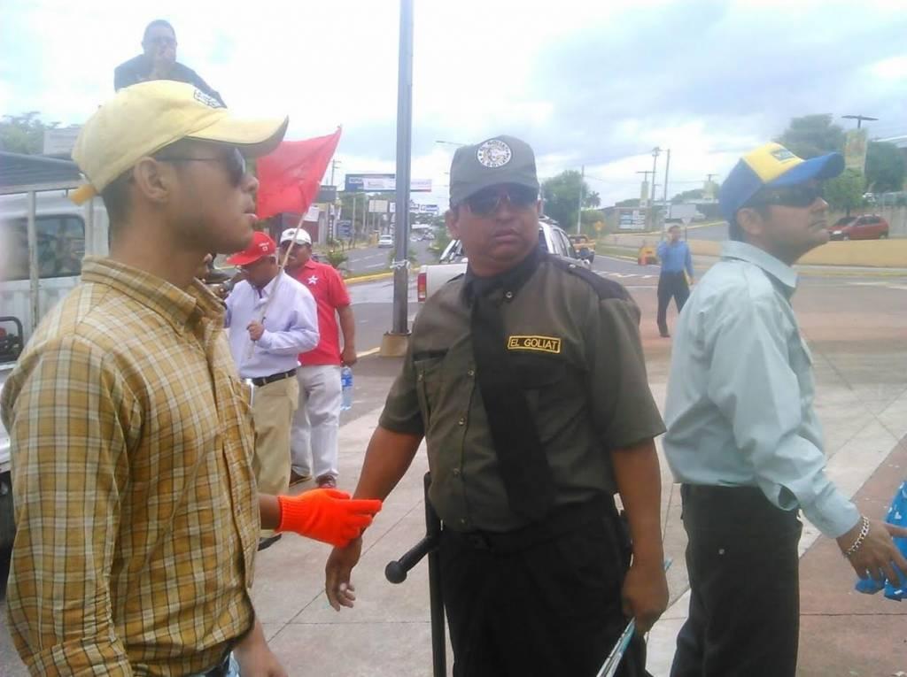 Miembros de seguridad de la empresa Goliat restringen marcha del PLI. LA PRENSA/L.Navas