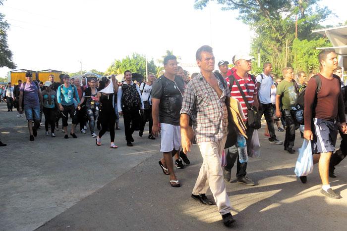 Los cubanos regresan a suelo costarricense  luego que  policías y soldados nicaragüenses les impidieran continuar su viaje hacia Estados Unidos.  LAPRENSA/CORTESÍA LA NACIÓN COSTA RICA