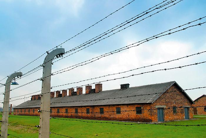 Las barracas por fuera, en el sector II del campo de exterminación de Auschwitz-Birkenau.