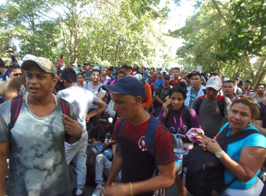 Cientos de cubanos fueron retenidos el 15 de noviembre por el kilómetro 139.5 de la Carretera Panamericana Sur por un cordón policial que les impidió seguir su ruta por Nicaragua. LA PRENSA / R. VILLARREAL