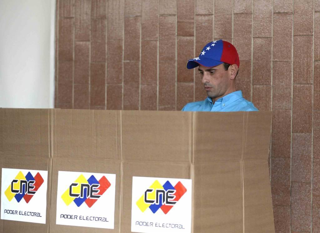 Henrique Capriles ejerciendo su derecho al voto. LA PRENSA/Agencias