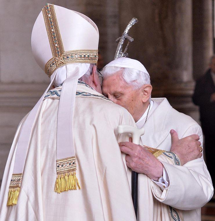 El papa Francisco estuvo acompañado del papa emérito Benedicto XVI. LA PRENSA/EFE