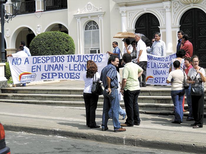 Una imagen que será muy triste para muchos leoneses. El profesor Rafael Salinas (camisa roja) junto a otros académicos protestando por su despido en agosto de 2010. LA PRENSA/ARCHIVO