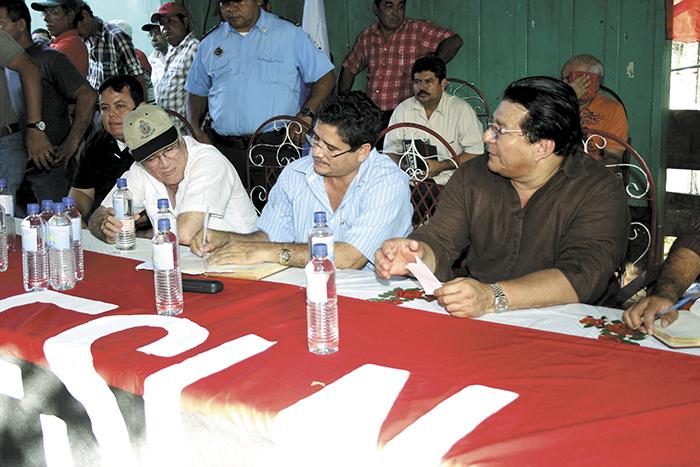 """Róger Gurdián (de gorra),  ahora alcalde de León, fue jefe de campaña del FSLN en ese departamento durante las elecciones de 2011. """"Primero es la militancia, es un honor ser jefe de campaña para el presidente Ortega, una satisfacción personal"""", dijo en ese momento Gurdián. En la imagen de archivo con el secretario político del FSLN en León, Evert Delgadillo, y Lenín Cerna.  LA PRENSA/ARCHIVO"""