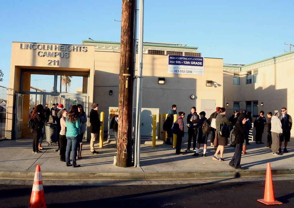 """Estudiantes de la escuela de Lincoln Heights, gestionada por Los Ángeles Unified School District (LAUSD, por su sigla en inglés), el mayor sistema de escuelas públicas de California se reúnen en las inmediaciones del recinto a la espera de nuevas informaciones tras las """"amenzas no especificadas"""" contra los colegios en Los Ángeles, California, Estados Unidos. LA PRENSA/EFE"""