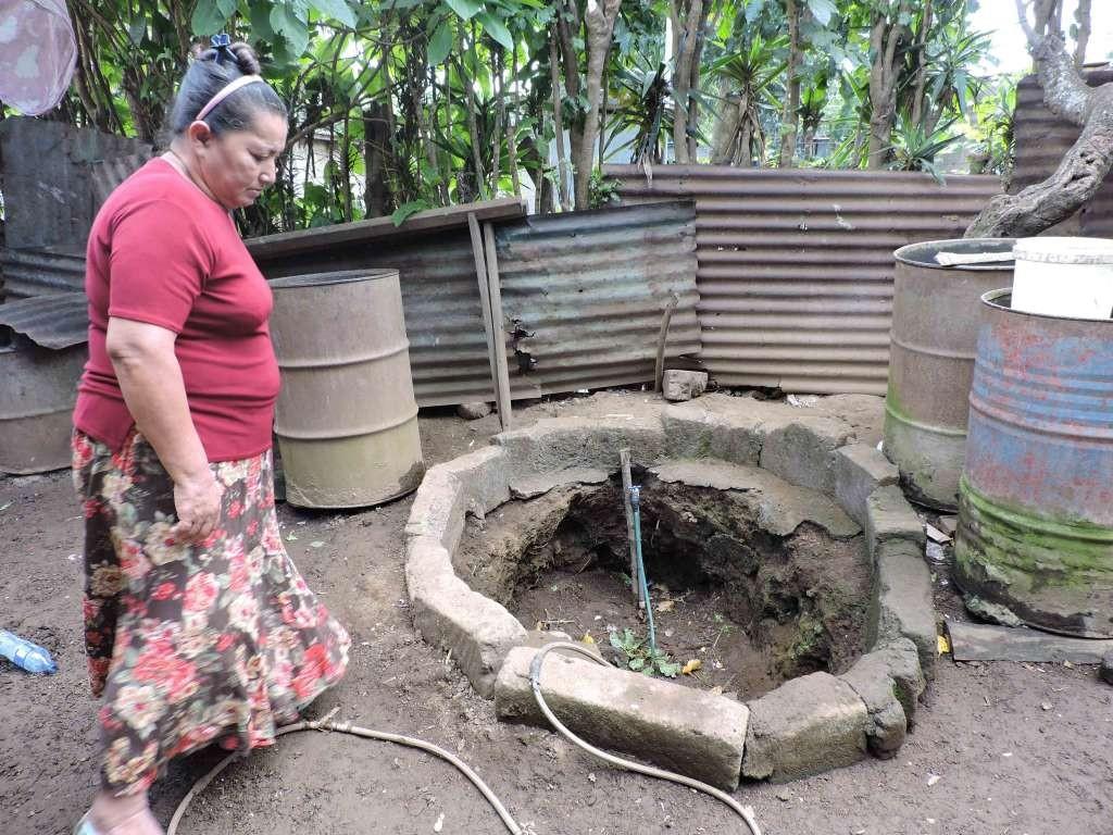 Jovita Romero, del barrio Cristo Rey, del municipio de Dolores, se acomoda para echar sus tortillas con la poca agua que logra conseguir.