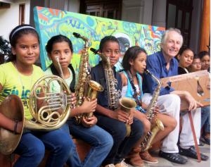 Niños músicos junto a Dieter Stadle, director de la Casa de los Tres Mundos en Granada. LA PRENSA/CPRTESÍA.