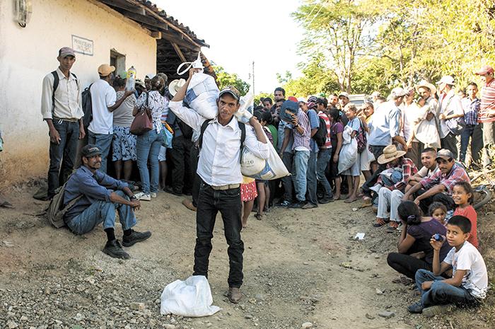Con sacos en mano, los campesinos permanecieron durante horas el pasado sábado hasta que recibieron un poco de alimentos enviados por productores de la zona sur del país. LA PRENSA/J. TORRES