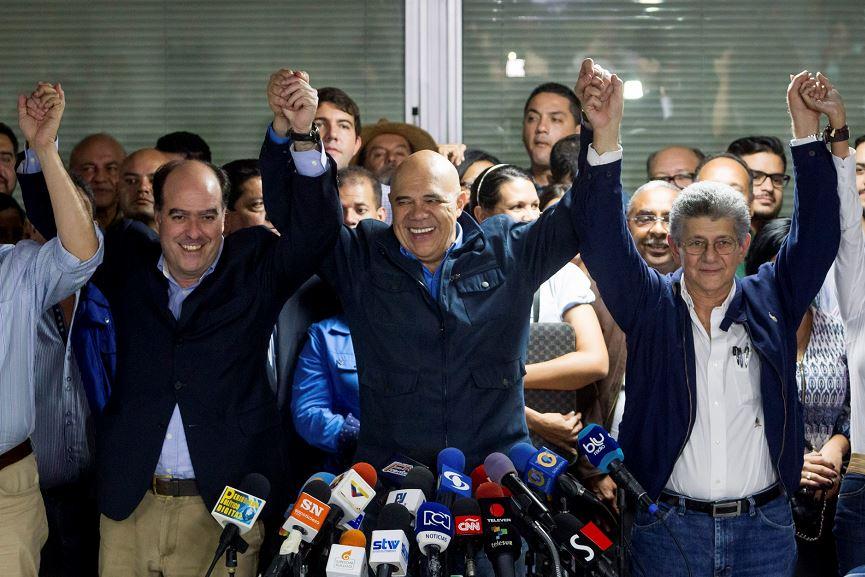 El diputado venezolano Henry Ramos Allup (c), acompañado por el secretario general de la Mesa de Unidad Democrática (MUD), Jesús Torrealba (i), y por el diputado Julio Borges (d), durante un encuentro con la prensa. LA PRENSA/EFE/MIGUEL GUTIERREZ