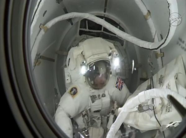 Tim Peake al salir de la Estación Espacial Internacional. Foto de la Agencia Espacial Europea
