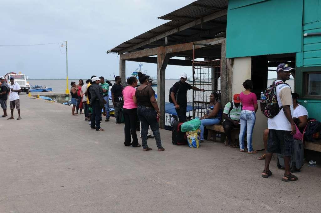 Las personas que se encuentran en el Muelle de Bluefields no saben cómo harán para quedarse más tiempo en ese lugar. LA PRENSA/Jorge Torres