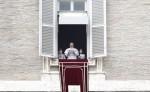 El papa Francisco durante el  Ángelus en el Vaticano. LA PRENSA/EFE