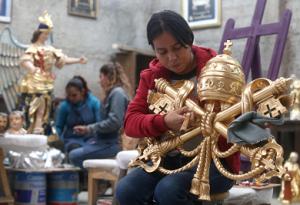 Jóvenes mexicanas trabajan en el retoque de los muebles y accesorios que el papa Francisco utilizará en su próxima visita a México, en la ciudad de Guadalajara.LA PRENSA/EFE/Ulises Ruiz Basurto