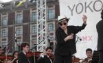 La artista japonesa Yoko Ono baila durante la inauguración de la instalación