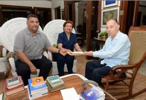 Carlos Tünnerman B, dona libros, cartas, y recuerdos de Darío, al Museo Archivo Rubén Darío de León, reciben Mercedes Buitrago y Miguel Martinez .LAPRENSA-Uriel Molina