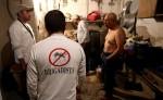 Brigadistas contra el mosquito trasmisor del virus del Zika inspeccionan zonas de riesgo en la ciudad de Zapopan del estado de Jalisco, México. LA PRENSA/EFE