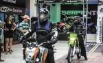 Para contribuir a la seguridad vial cada moto viene equipada con un casco gratis, tres sesiones de mantenimiento y dos litros de aceite móvil.  LA PRENSA/Cortesía.