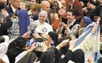 El papa Francisco (centro) saluda a su llegada a una audiencia  con monjas y sacerdotes celebrada en el aula Pablo VI del Vaticano.  LA PRENSA/ EFE