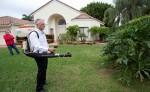 Bryan Ballejo fumiga las plantas en Boca Raton, Florida, para prevenir la propagación del mosquito con el virus del zika. LA PRENSA/AP