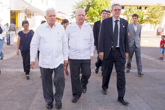 Rubén Darío Salgado y Rubén Darío Lacayo, nieto y bisnieto de Rubén Darío, caminan junto al historiador Roberto Sánchez. LAPRENSA/JADER FLORES