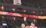 Stephen Curry, de Golden State,  se abre paso entre Russell Westbrook y Enes Kanter, de Oklahoma City. LA PRENSA/AFP