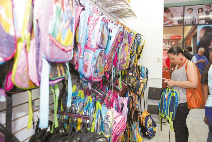 El comercio escolar se activó este domingo previo al inicio de clases. LAPRENSA/LISSA VILLAGRA